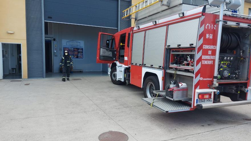 Sofocan un incendio en una nave industrial de La Orotava