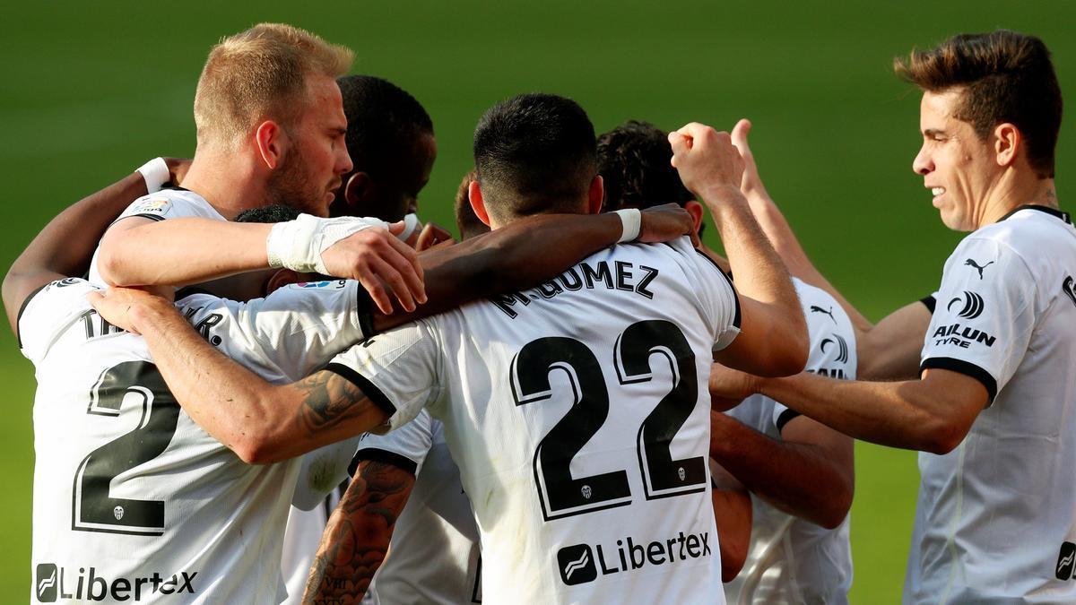 Los jugadores del Valencia celebran uno de los goles ante el Granada