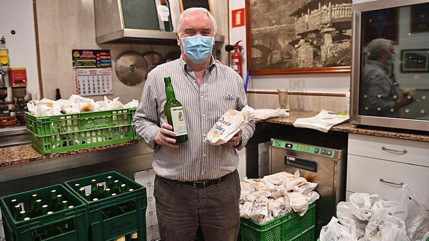 El Centro Asturiano reparte bollos y botellas de sidra por las fiestas de la Virgen de Covadonga