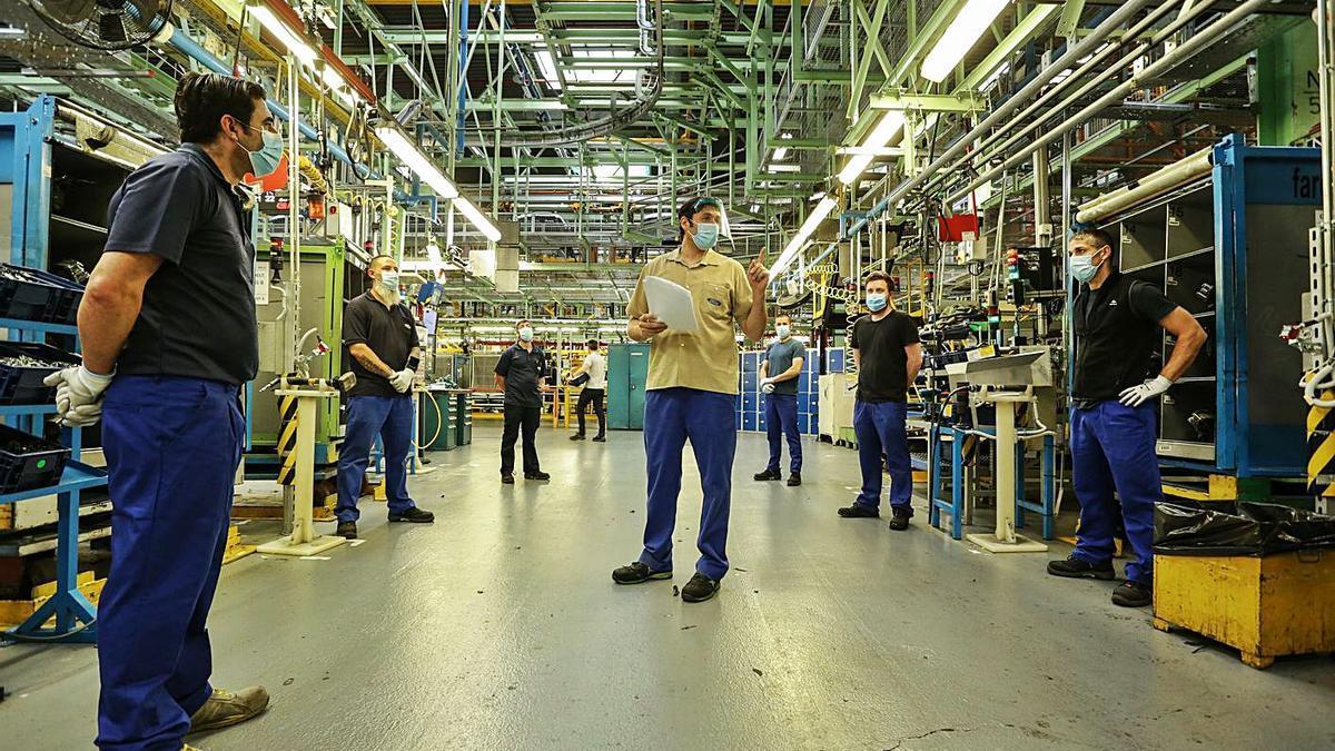 Trabajadores de la planta de vehículos de Almussafes, al inicio de la pandemia.   LEVANTE-EMV