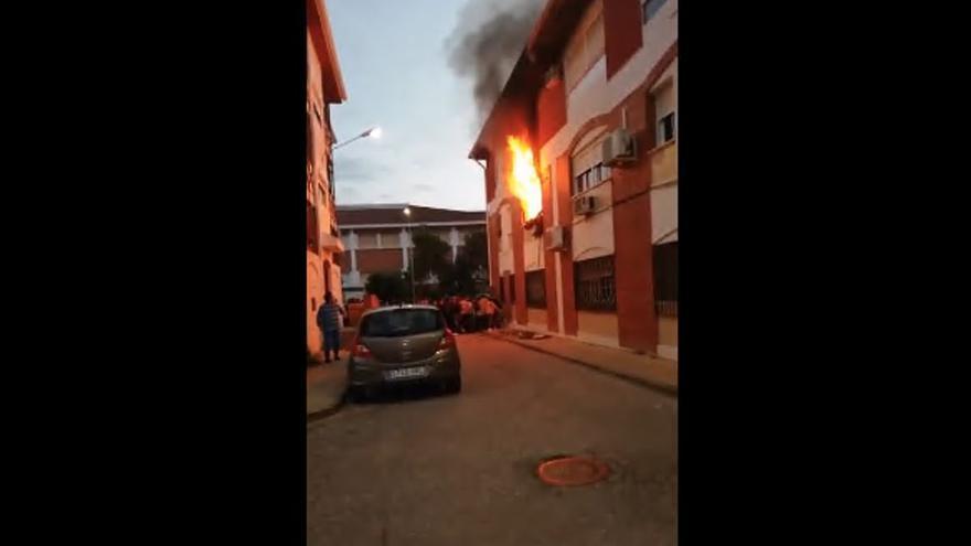 Una herida al saltar al vacío y 4 rescatados en incendio en bloque viviendas en Huelva
