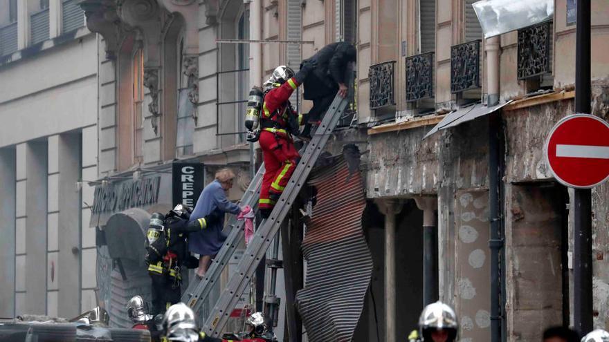 Los servicios de emergencia trabajan en el lugar de la explosión