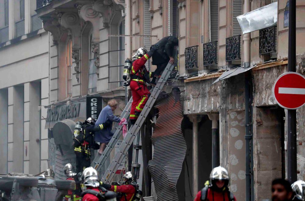 Los servicios de emergencia trabajan en el lugar.