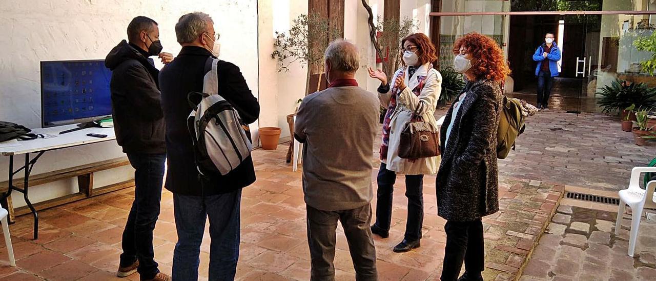 Participantes en la última reunión, celebrada en el patio del Museu Comarcal.   FHS