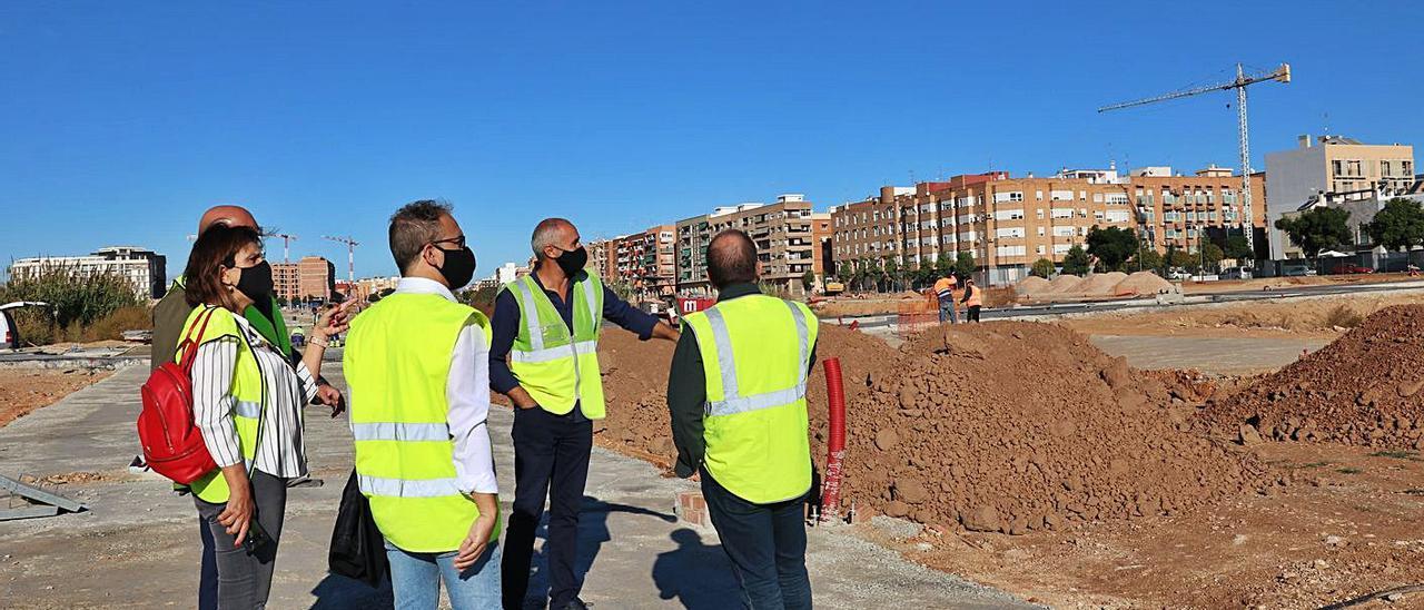 La alcaldesa C. Martínez, el edil J. Medina y los técnicos, en la zona de urbanización del PAI.   A.Q.
