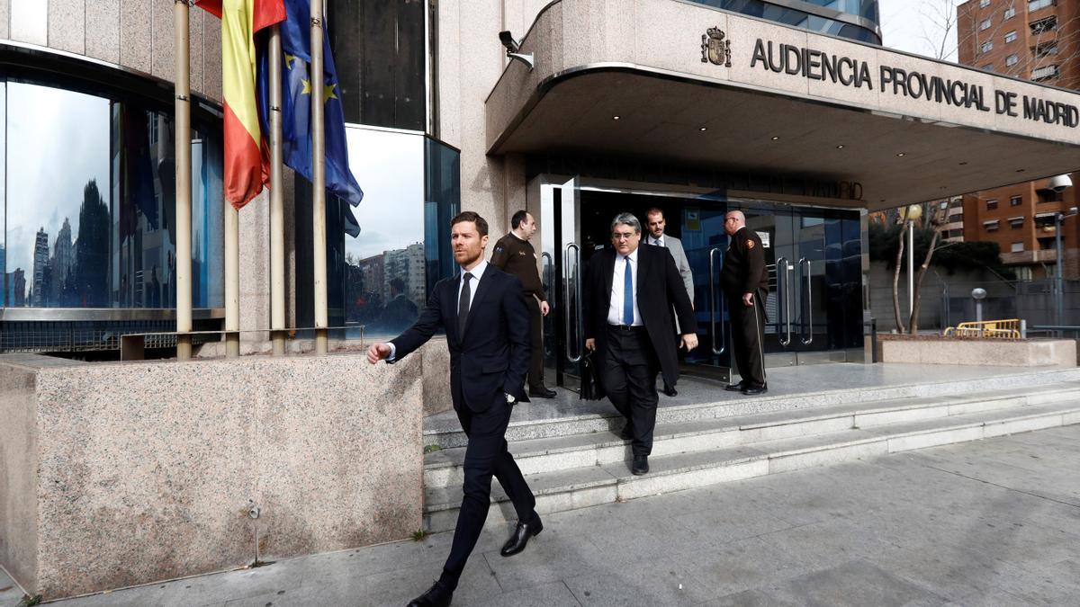 Xabi Alonso saliendo de la Audiencia Provincial de Madrid.