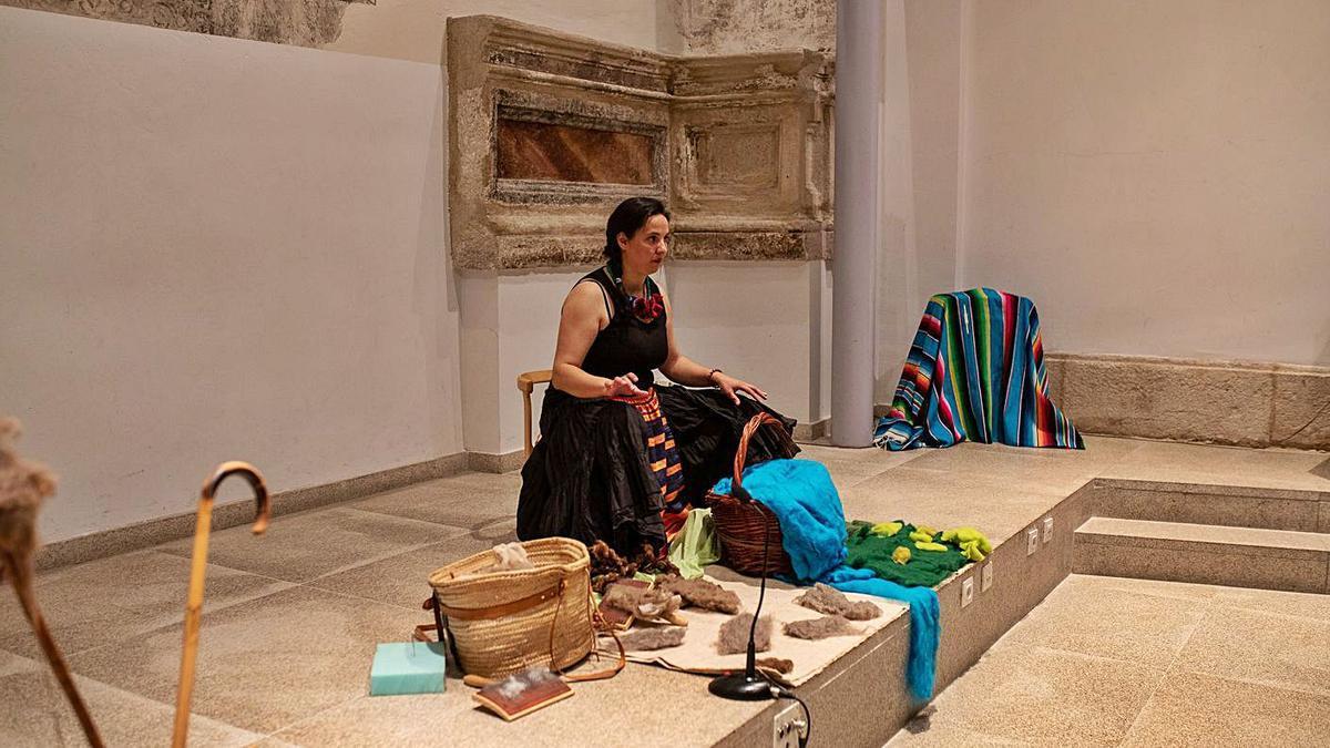 """Esmeralda Folgado, durante su intervención en la biblioteca zamorana, """"tejiendo"""" cuentos."""