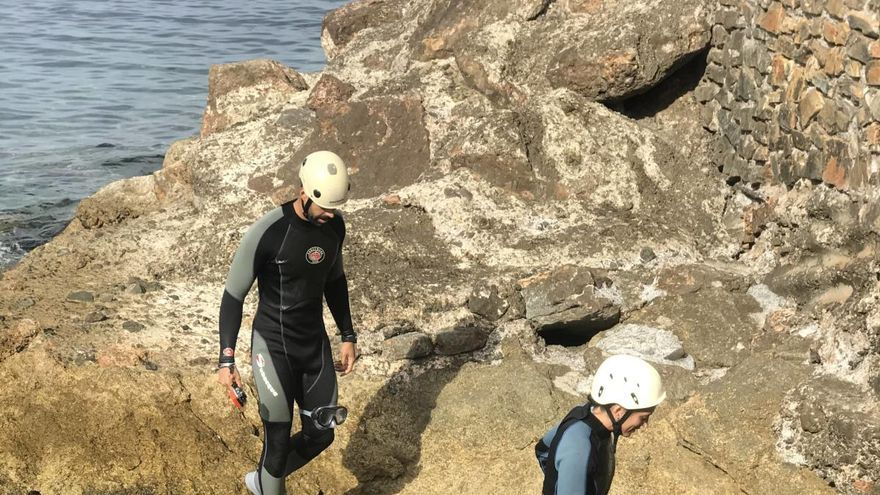 La libertad del senderismo costero con saltos al mar