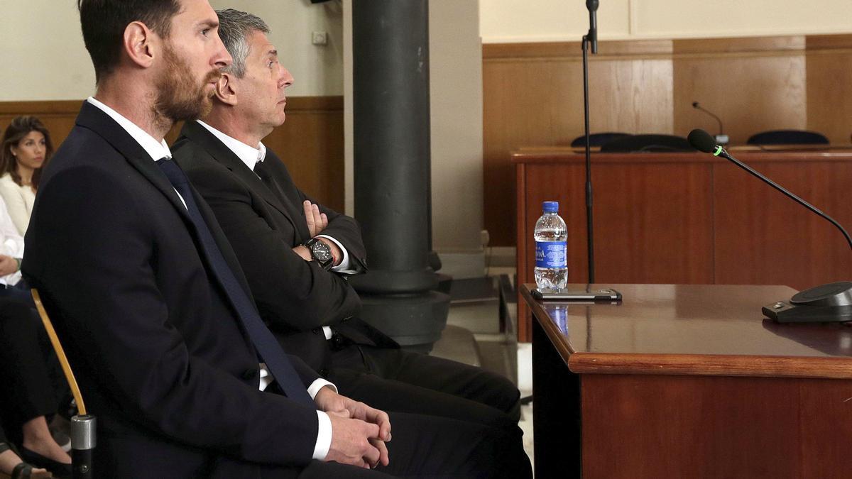Leo Messi y su padre Jorge, en la audiencia de Barcelona en una imagen de archivo.