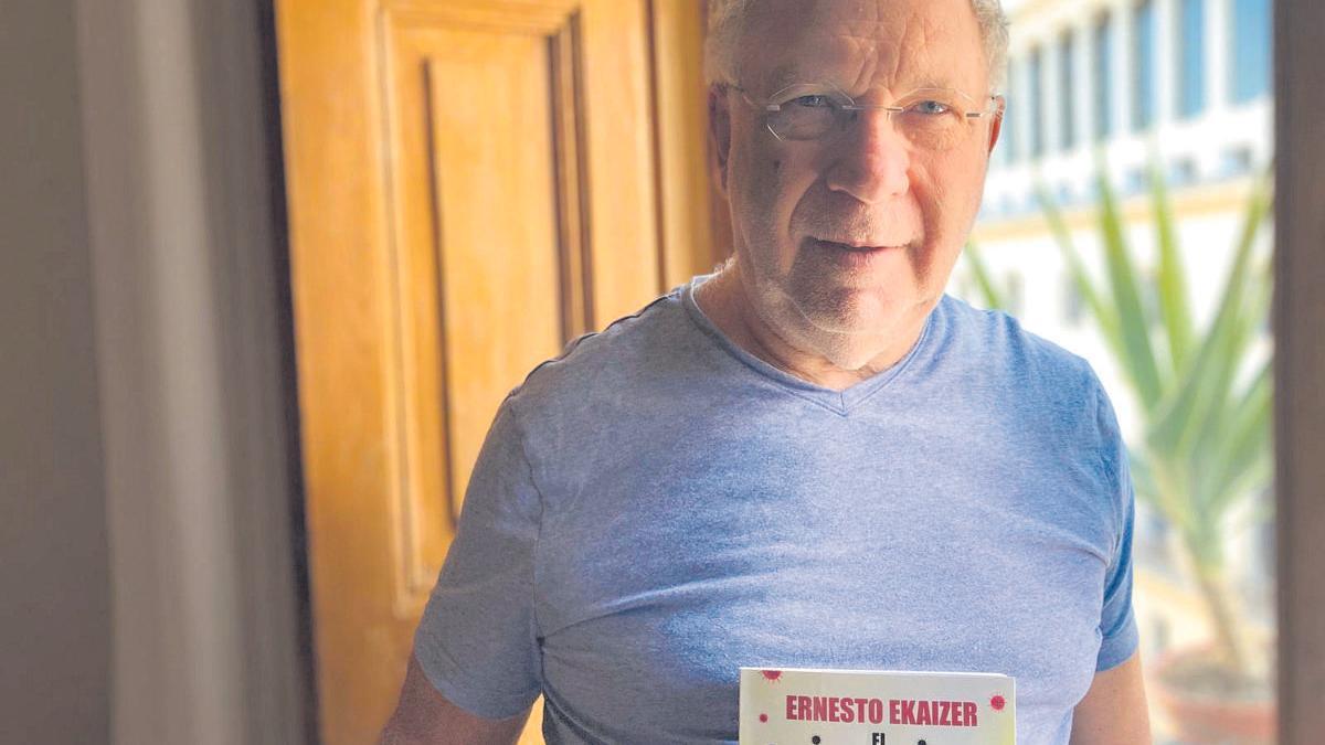 El periodista Ernesto Ekaizer, en su domicilio.