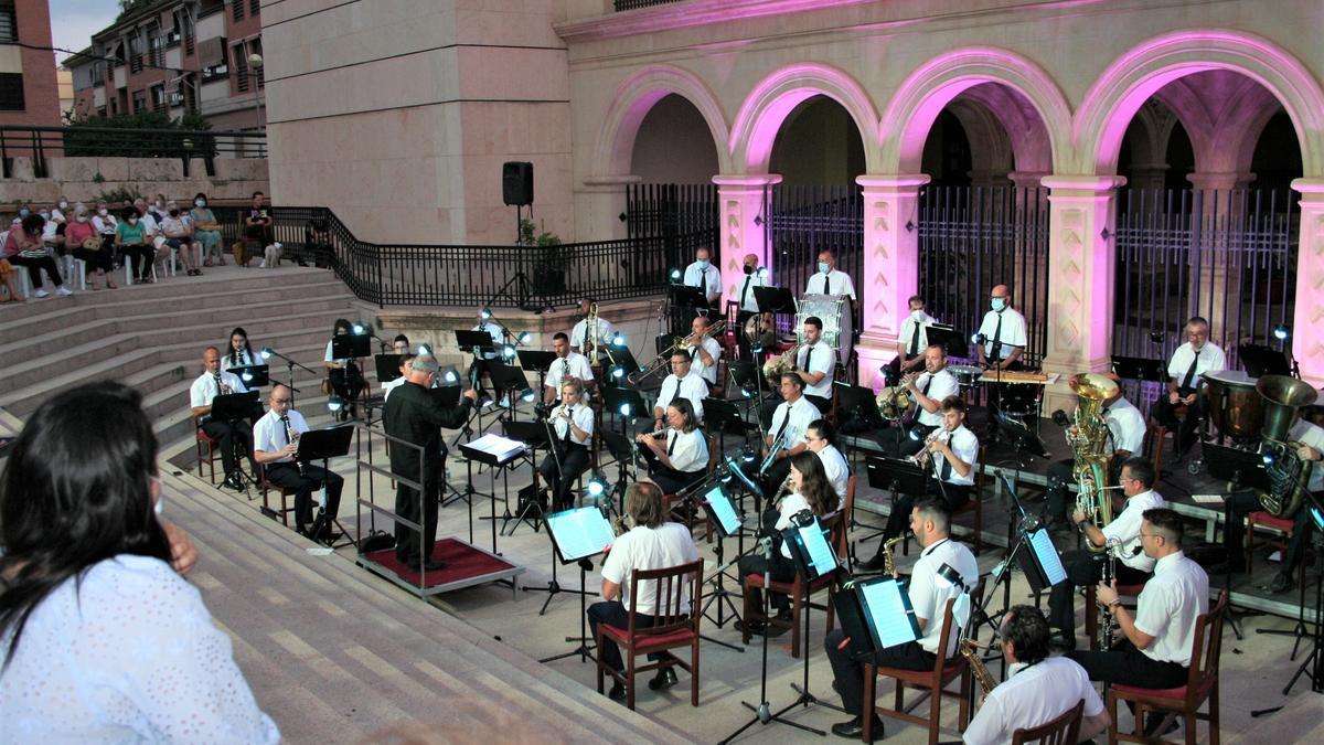 Concierto de la Banda Municipal de Música, dirigida por el maestro Antonio Manzanera, en La Merced.
