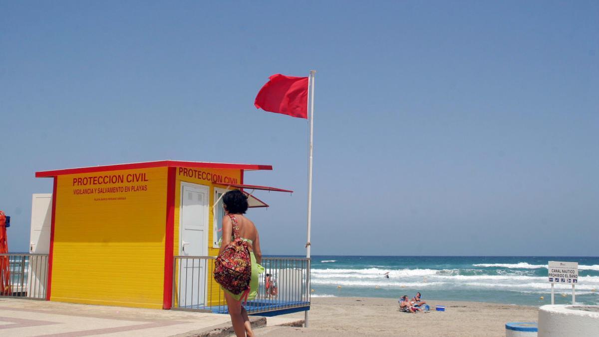 La costa de la Región abre con 23 banderas amarillas y una roja