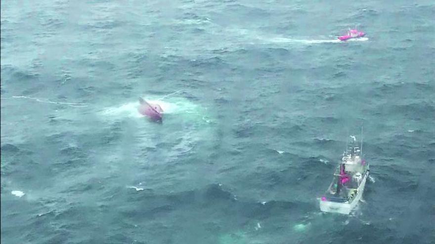 Tragedia en el mar: el patrón del 'Sempre Güeto' alertó por radio del golpe de una ola antes de naufragar