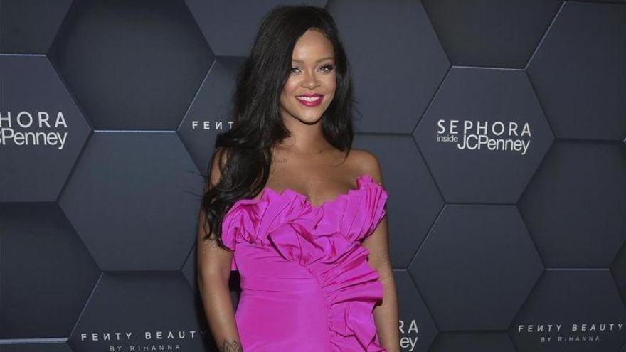 Rihanna demanda a su padre por usar su nombre para lucrarse