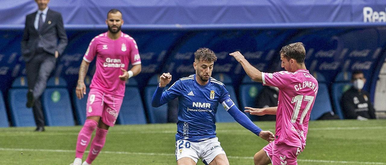 Tejera presiona a Clemente, de Las Palmas, con Jesé al fondo, durante el partido en el Tartiere. | Irma Collín