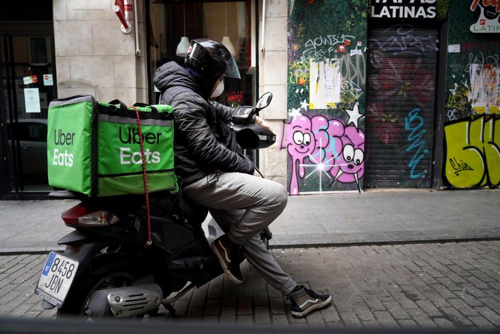 MADRID. 18.03.2020. CORONAVIRUS. Un trabajador de Uber Eats espera un pedido. FOTO: JOSE LUIS ROCA