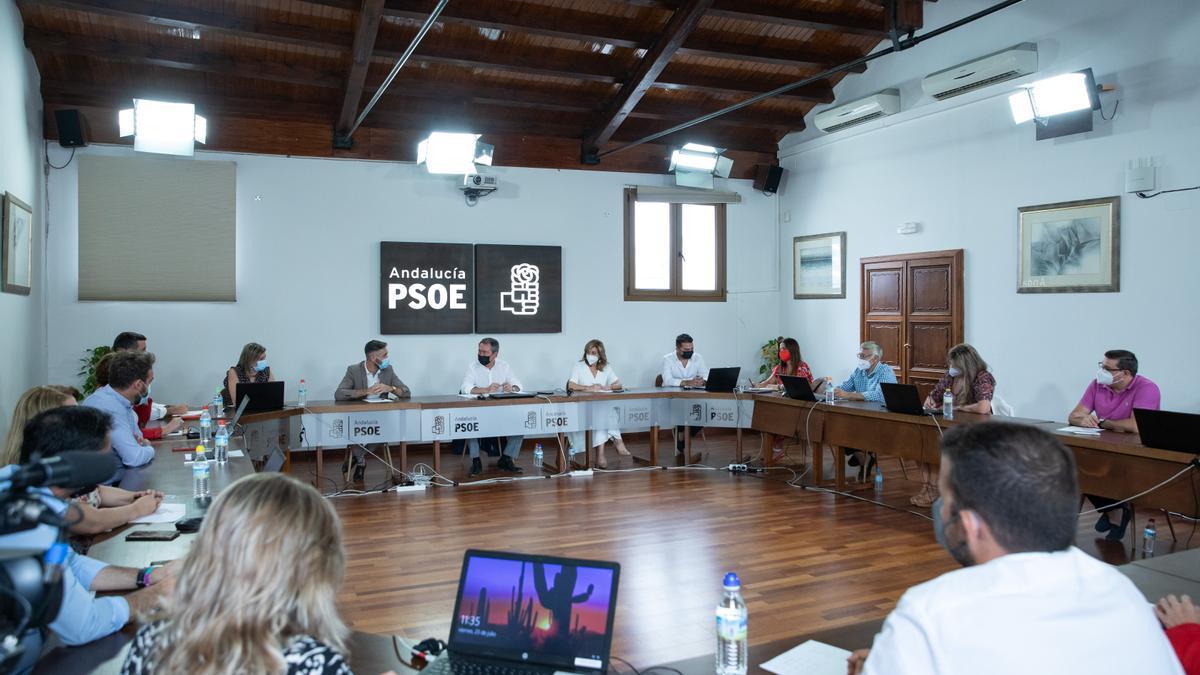Juan Espadas (c), durante una reunión con su nueva 'ejecutiva' en su proclamación como secretario general del PSOE de Andalucía por la Comisión de Ética de la federación socialista.