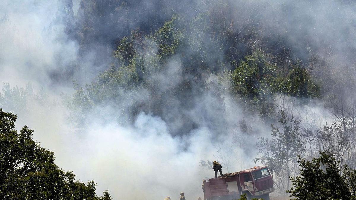 Equipos de extinción en el incendio registrado la semana pasada en Folgoso do Courel. |   // EFE / ELISEO TRIGO