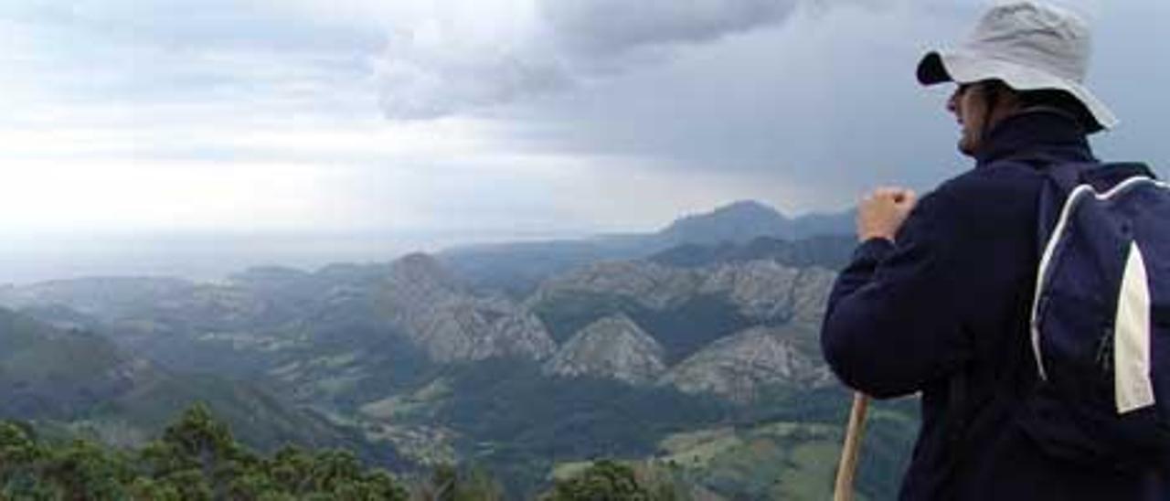 Un peregrino del camino de Santiago contemplando las vistas.