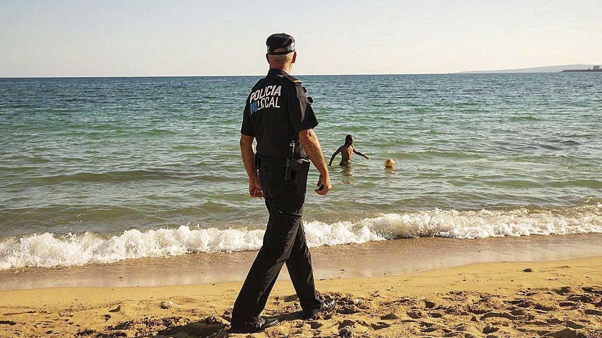 Los agentes de la Policía de Palma supervisarán que las playas se vacíen por la noche.