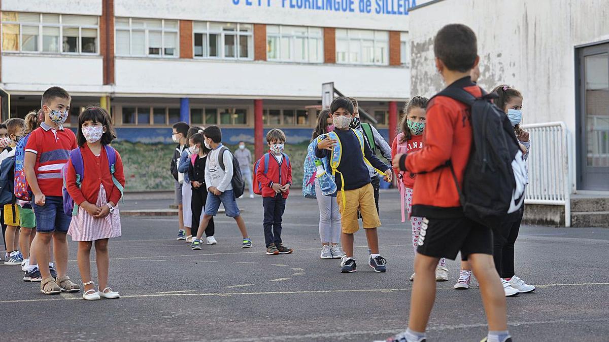 Alumnos en el patio del CEIP  Plurilingüe de Silleda al inicio  del curso.     // BERNABÉ/JAVIER LALÍN
