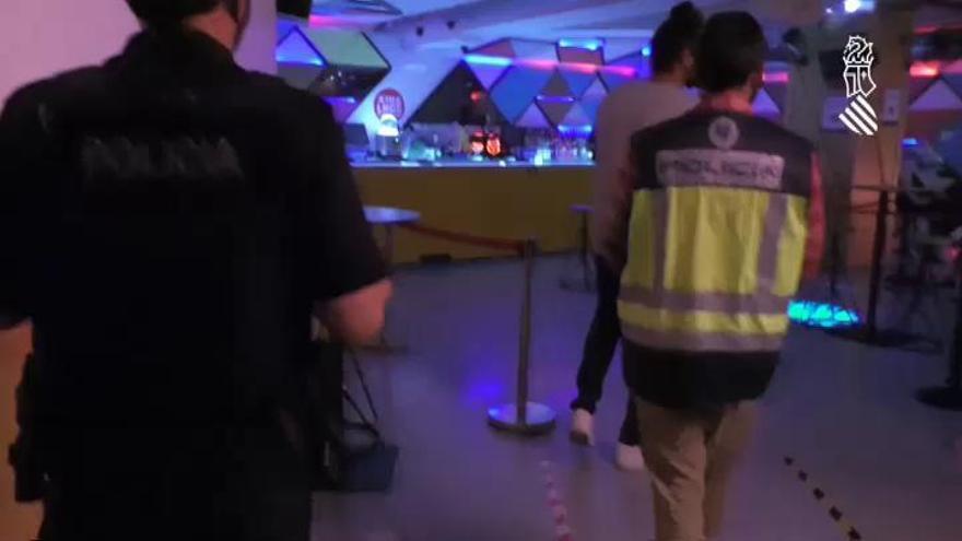Cierran cautelarmente el chiringuito de Málaga donde un artista escupió al público