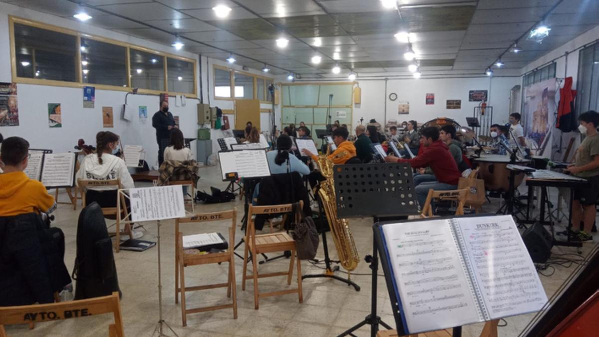 Los integrantes de Maesro Lupi escuchan las explicaciones del director de la banda de Xinzo. / E. P.