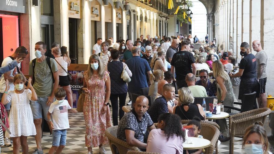 El mal temps buida les platges i omple de turistes Girona i Figueres