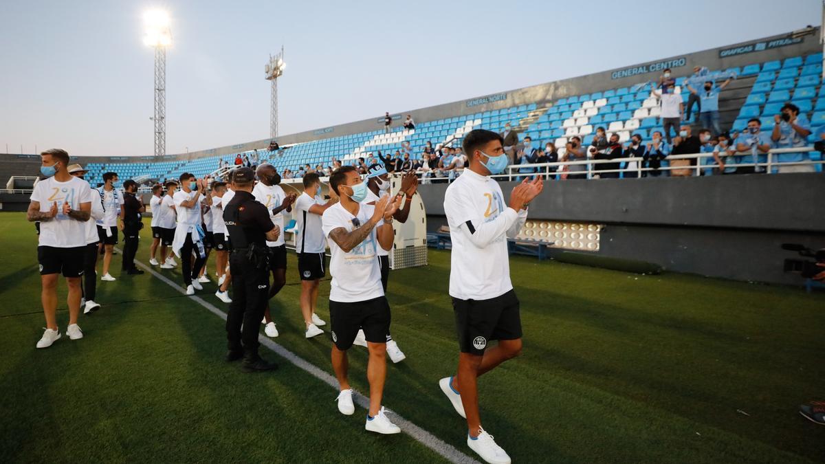 Los jugadores de la UD Ibiza saludan a la afición en el festejo de este lunes en el estadio