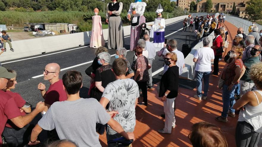Cabrianes celebra la reobertura del pont d'accés ampliat
