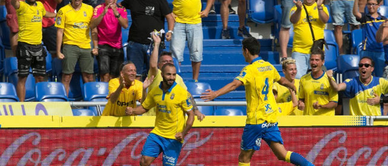 Nabil El Zhar y Vicente Gómez celebran el primer tanto del franco-marroquí ante el Granada.
