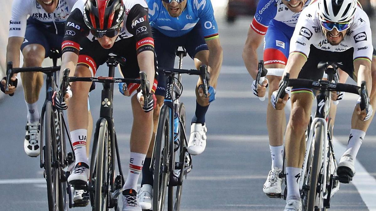 Alejandro Valverde, en el centro, en el esprint final. | EFE/JULIEN WARNAND