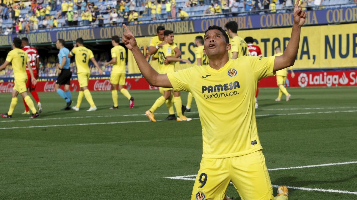 Carlos Bacca, autor de tres goles, fue la estrella en el encuentro ante el Sevilla.
