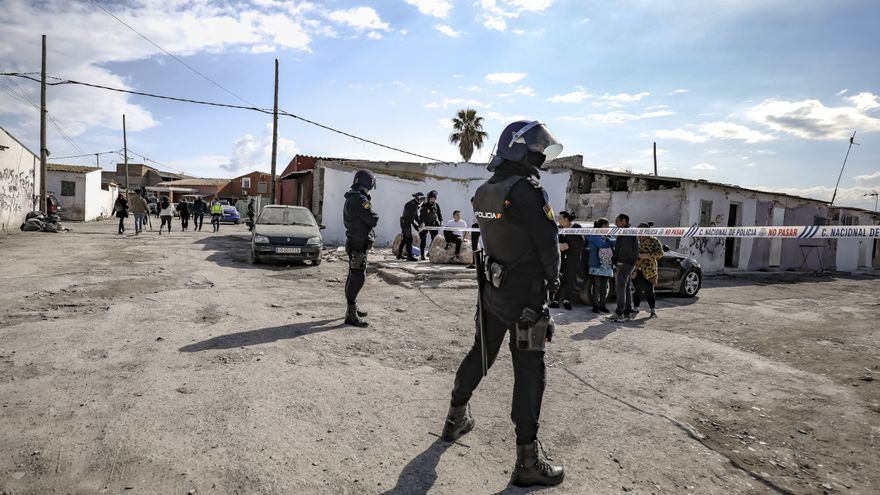 Acorralan en Son Banya una patrulla de la Policía Nacional y hieren a dos agentes