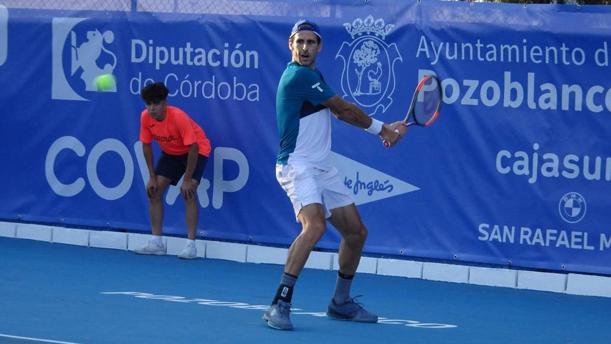 Adrián Menéndez golpea una bola en el Open Ciudad de Pozoblanco.
