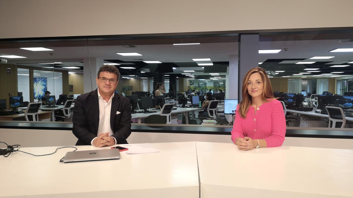 Toni Cabot, director del Club INFORMACIÓN, con Rosa María Gómez, de Banco Sabadell.
