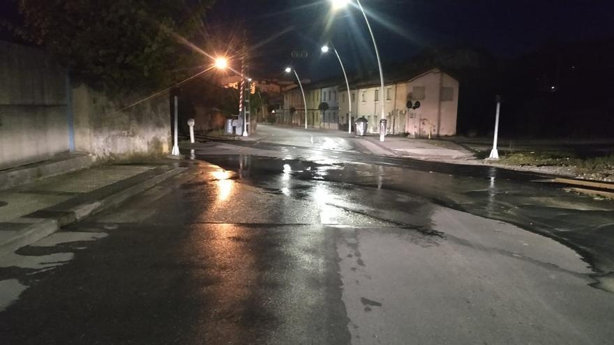 Un reventón en una conducción reduce el suministro de agua en todo Langreo