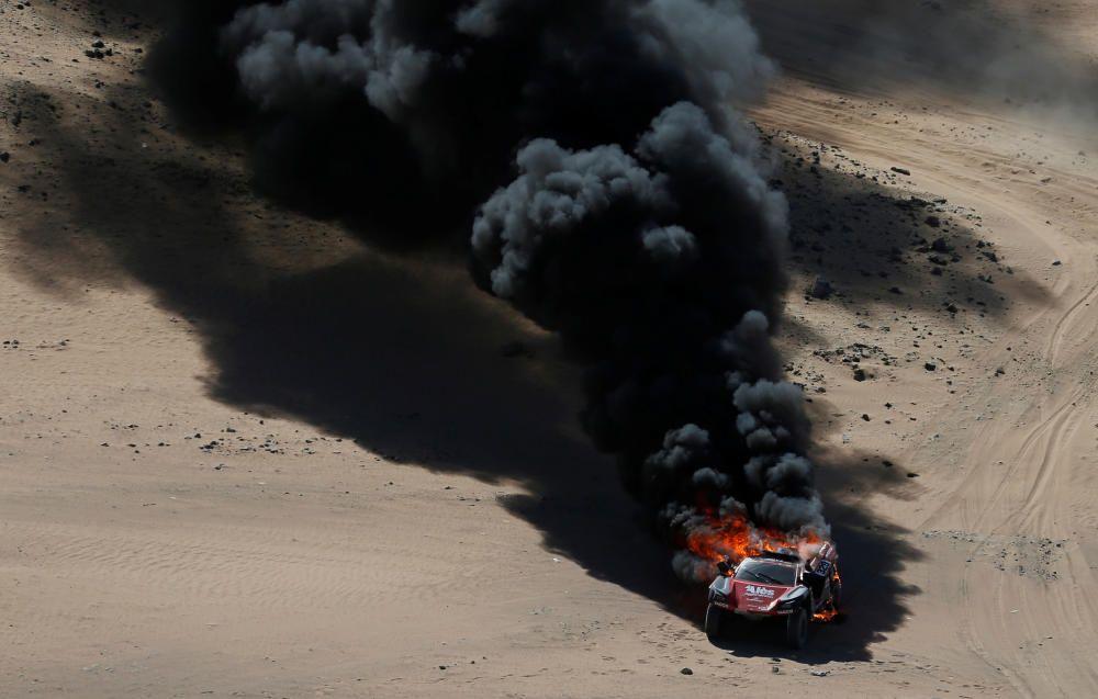 Dakar 2020: El espectacular incendio de un coche en pleno desierto