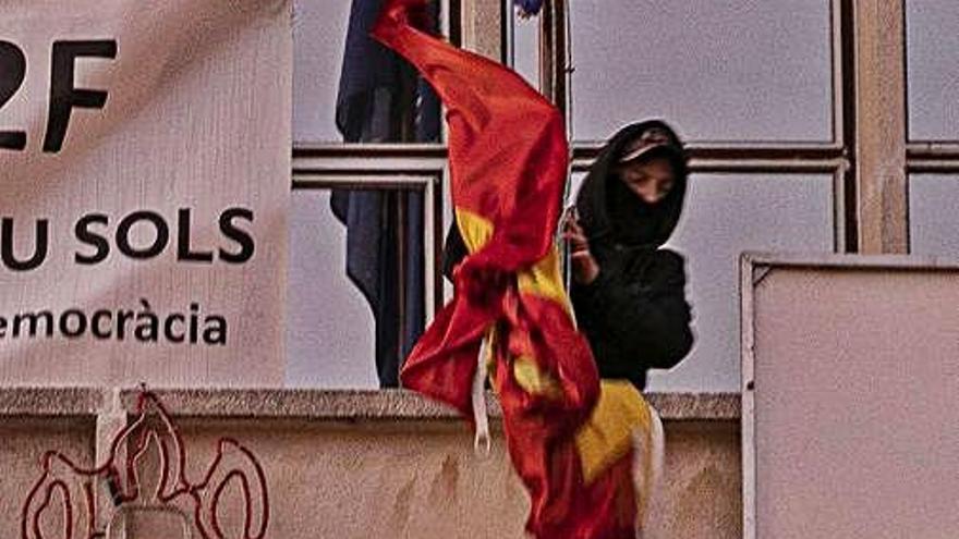 Arrencada la bandera espanyola  de l'ajuntament de Santa Coloma