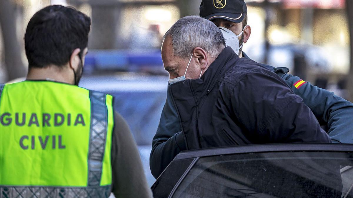 Agentes de la Guardia Civil trasladan, ayer, al homicida confeso a los Juzgados de Inca.