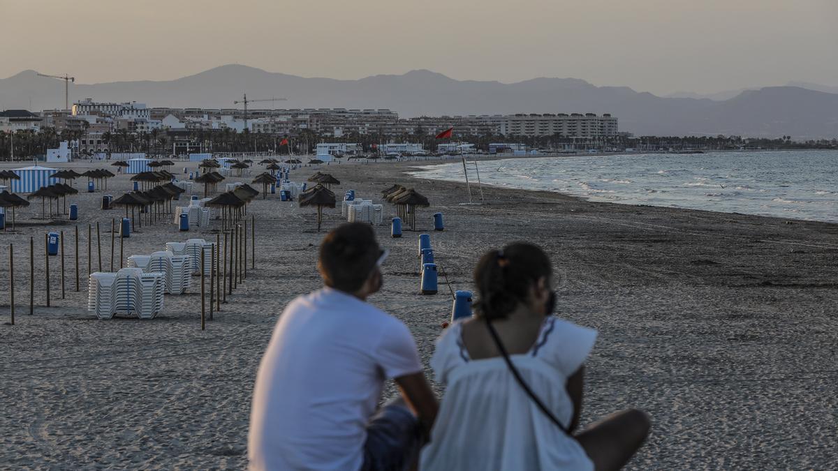 Dos jóvenes en una playa de Valencia.