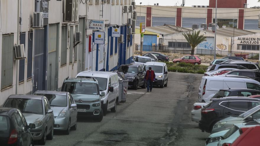 """Ciudadanos critica la """"desidia"""" municipal en los polígonos industriales de Elche"""