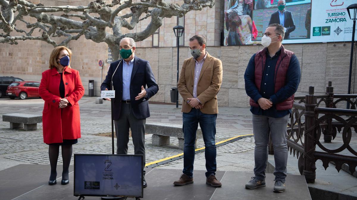 Desde la izquierda Isabel García, Cipriano García, Francisco José Requejo y Jesús María Prada, con la pantalla gigante a sus espaldas