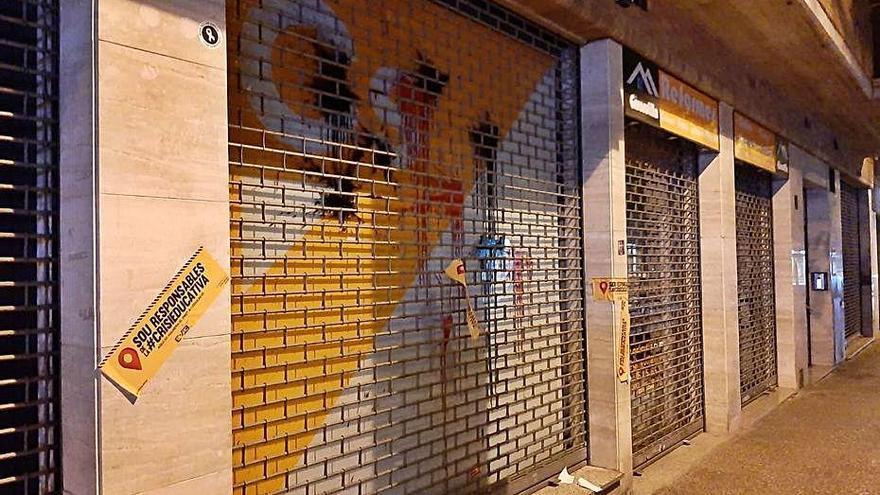 Llancen pintura i ous a la seu de Ciutadans a Girona