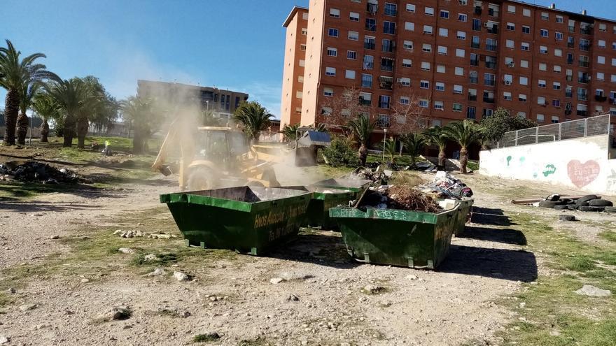 Paterna retira de la Coma más de 8.100 kilos de chatarra, escombros y enseres