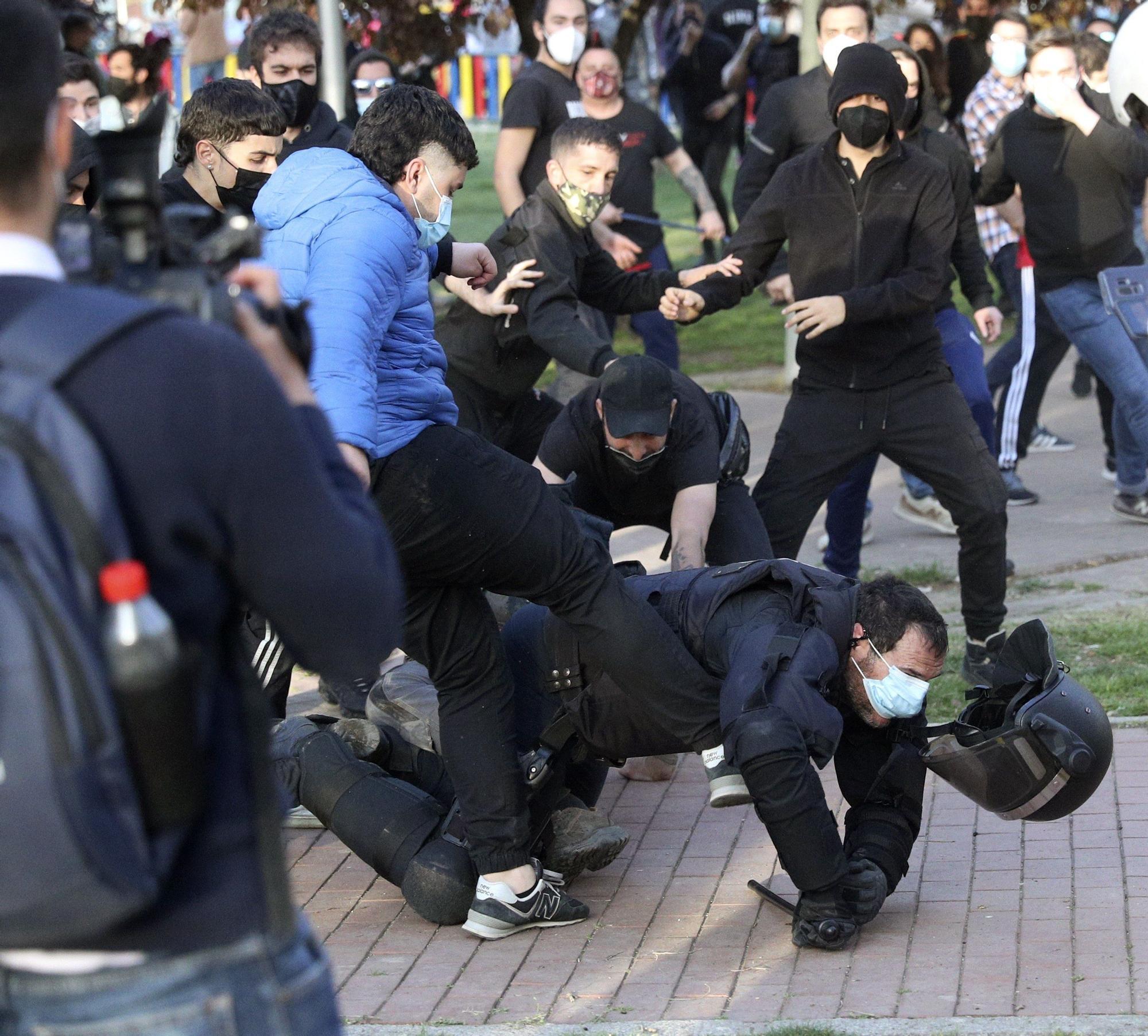 La Policía Nacional carga contra los manifestantes congregados en Vallecas para protestar por el acto de precampaña de Vox. EFE
