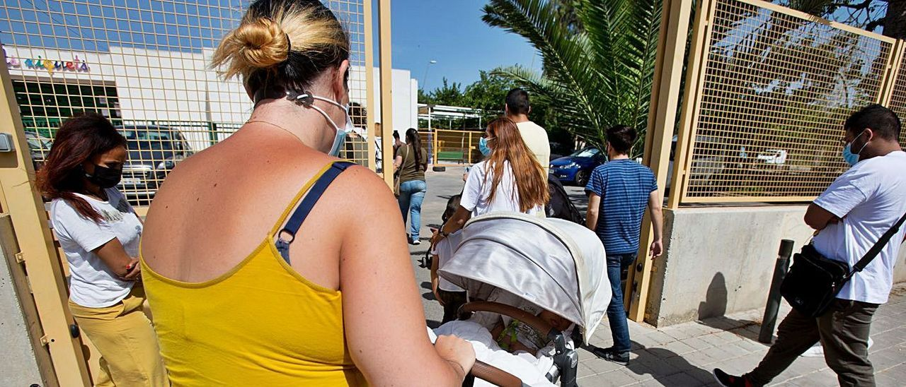 Padres de alumnos de la escuela Els Xiquets el pasado mes de mayo