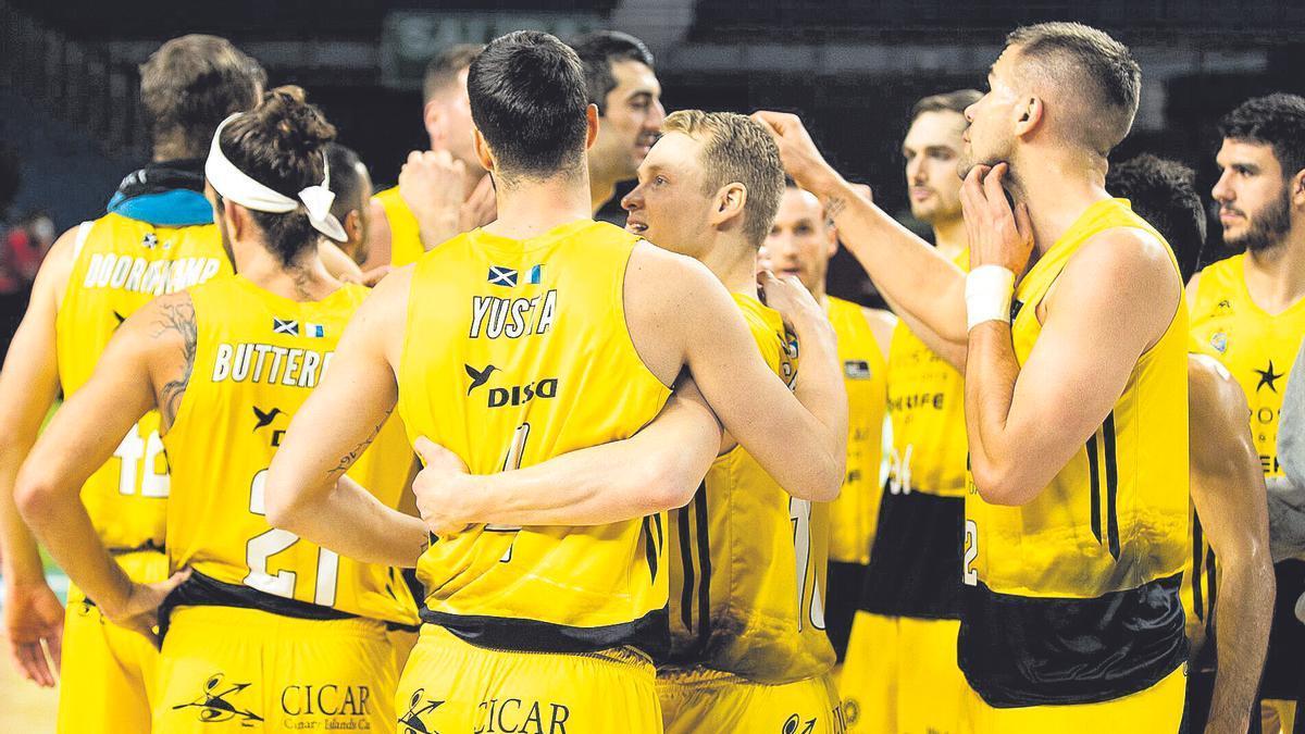 Los jugadores del Iberostar se felicitan tras la victoria de ayer contra el Estudiantes.