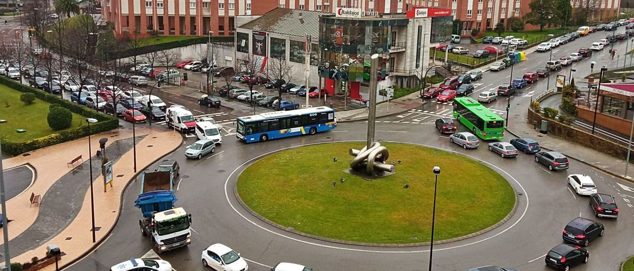 La rotonda desde la que se accede al Hospital San Agustín, ayer a mediodía, colapsada de vehículos.