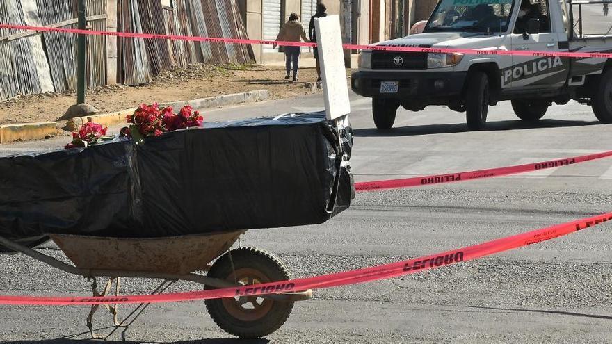 El ataúd con un fallecido por Covid-19 en plena calle en Cochabamba (Bolivia).